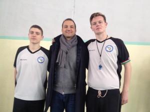 Tolga Sahin con i due giovani arbitri