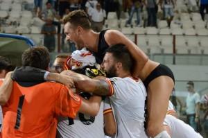 La gioia dei giallorossi dopo la vittoria per 0-1 targata Orlando