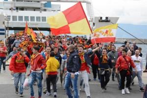 I sostenitori messinesi appena sbarcati a Reggio Calabria