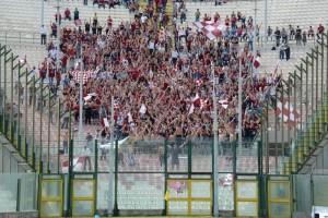 Il settore ospiti invaso dai tifosi della Reggina (foto Paolo Furrer)
