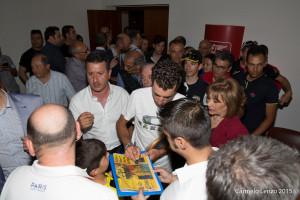 Vincenzo Nibali mentre autografa la prima pagina dedicata al Tour De France