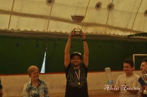 Il capitano Emanuele Minissale alza il trofeo