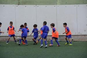 I bambini si sfidano sul campo di calcio a 5