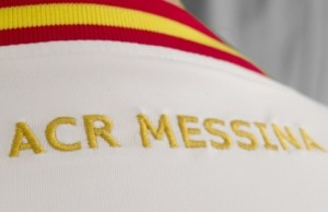 Il logo ACR Messina sulla maglia ufficiale