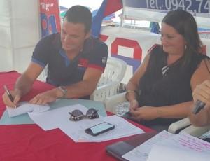 Il momento della firma sul contratto di sponsorizzazione fra la Mam Costruzioni e il Santa Teesa Volley