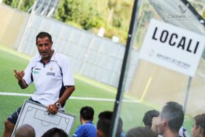 Mister Ferrara impartisce gli schemi ai suoi giocatori