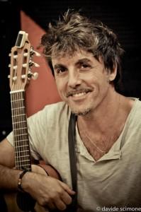 Il cantautore Tony Canto