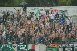 I sostenitori del Monopoli hanno celebrato il ritorno in C dopo 23 anni. Ma il Messina ha rovinato la festa nel finale...