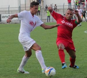 Ancora l'esterno difensivo Barilaro in azione con la maglia dell'Ancona