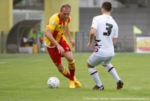 Il centrocampista Fabrizio Melara in azione contro il Foggia