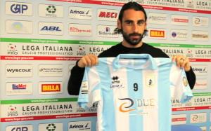 Guazzo in posa con la maglia dell'Entella. Per lui in carriera 96 reti in 302 gare