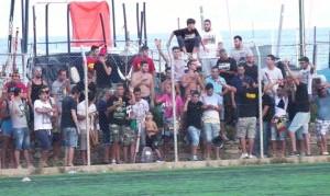 I numerosi sostenitori presenti a bordo campo a Mili Marina