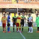 Il saluto tra i capitani Lucioni e Cocuzza (foto Armando Russo)