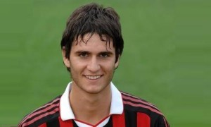 Un sorridente Andrea De Vito con la maglia del Milan, con cui ha esordito in A e vinto una Coppa Italia Primavera