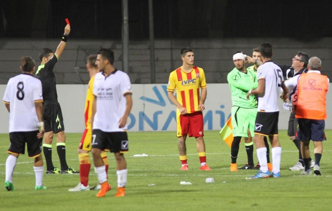L'arbitro estrae il cartellino rosso nei confronti di Berardi