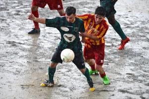 Un duello a centrocampo sotto la pioggia (foto Isolino)