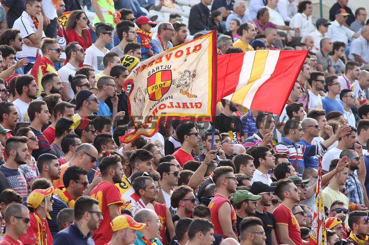 Consueto spettacolo di bandiere e colori in Curva Sud