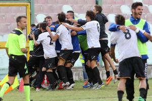 La gioia irrefrenabile di squadra e panchina per il gol del successo