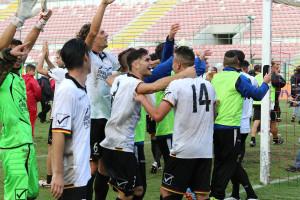 L'esultanza dei giocatori del Messina sotto la curva (foto Denaro)