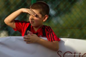 L'attenzione di un piccolo calciatore