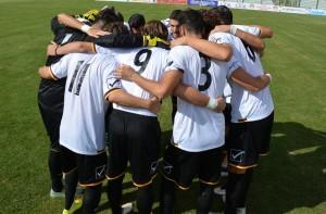 L'abbraccio della squadra nel pre-partita