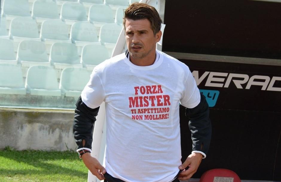 Arturo Di Napoli con la maglietta e la dedica per Labonia