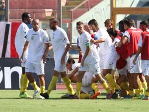 I calciatori dell'Ischia celebrano una delle reti realizzate al ''Massimino'' contro il Catania