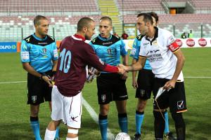 La stretta di mano tra i capitani delle due squadre