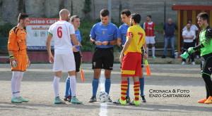 Il saluto tra le due squadre ad inizio partita