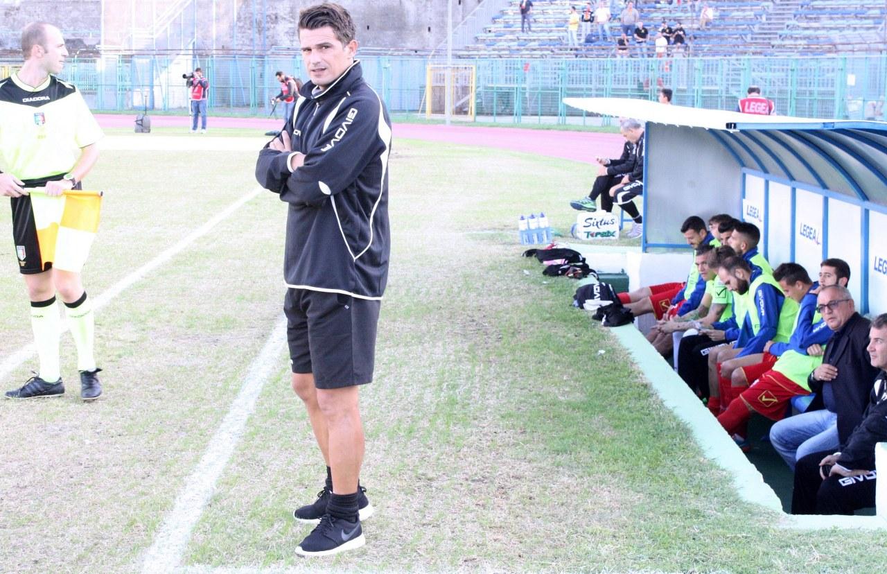 Arturo Di Napoli di fronte alla sua panchina