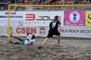 Una fase dell'Ibs Tour di beach soccer con arbitri Csen