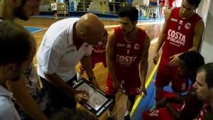 Coach Condello durante un time-out