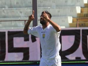 Nicola Mancino celebra la rete del momentaneo 1-2 a Catania. Gli etnei realizzeranno poi altre tre reti