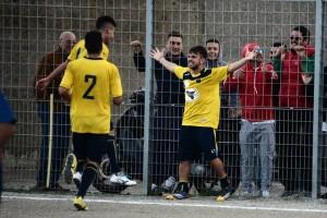L'esultanza di Enzo scarantino, autore del primo gol del Camaro