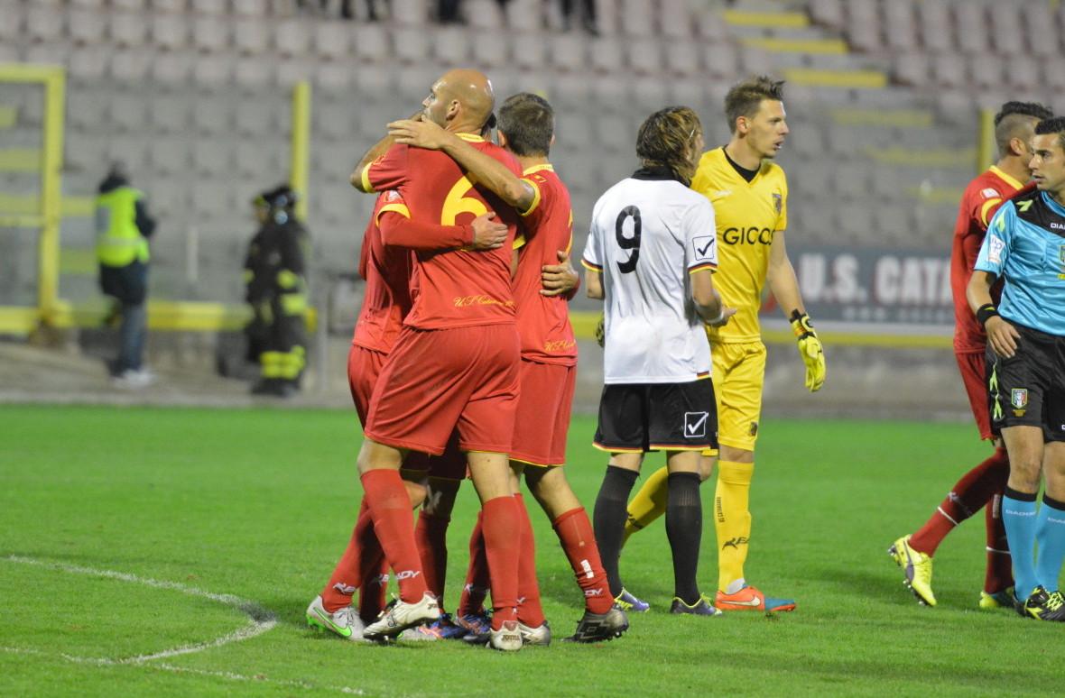 I calciatori del Catanzaro celebrano il successo