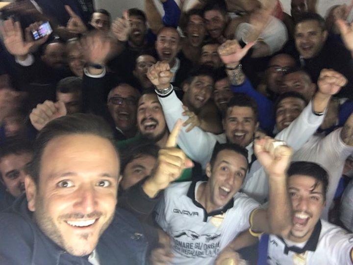Il selfie con il quale il Messina ha celebrato la vittoria di Melfi negli spogliatoi
