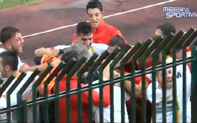 L'esultanza dei calciatori dell'Igea Virtus per la doppietta di Isgrò