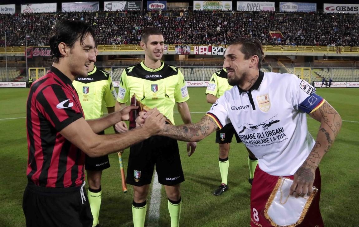 Il saluto tra i capitani di Foggia e Messina