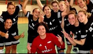 La formazione della Handball Club Messana festeggia la vittoria dopo il derby