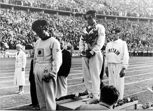 Sohn Kee-Chung con il capo chino un coreano con la divisa del Giappone...
