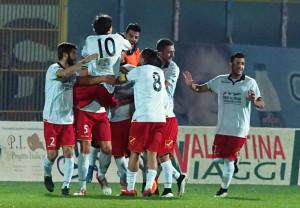 L'esultanza del Messina per il momentaneo 1-1 di Burzigotti