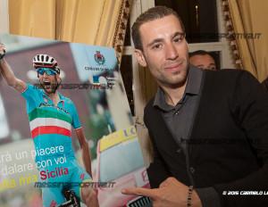 Vincenzo Nibali accanto al tabellone del 2° Gran Fondo che si correrà a settembre 2016