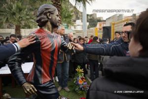 In tantissimi si sono apprestati a salutarlo, a toccare la statua che lo raffigura perfettamente