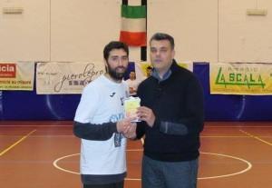 Coach Maganza consegna una targa ricordo all'ex Marco Busco