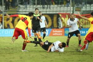 Leonetti a terra dopo uno scontro con De Falco