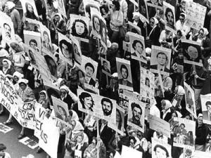 """La manifestazione delle madri di Plaza de Mayo, nel 1978. L'opera è dedicata ai """"desaparecidos"""" argentini"""