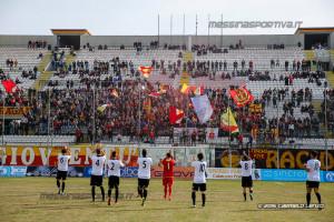 Il saluto tra squadra e tifosi