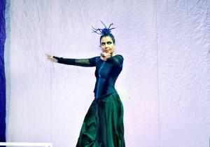 Sabina Guzzanti durante lo spettacolo