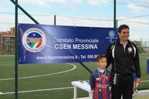 Andrea Argento premia un giovane calciatore
