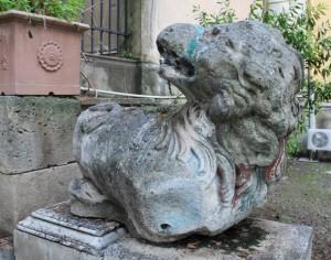 Uno dei leoni da restaurare